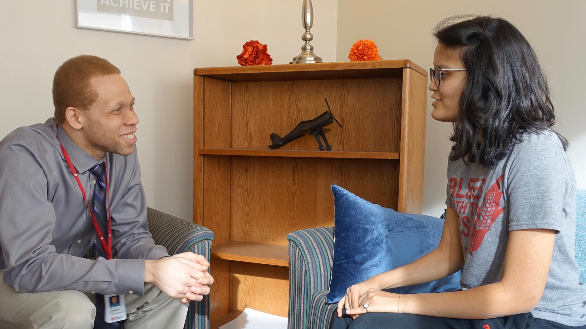A counselor meets with a student at the University of Nebraska-Lincoln
